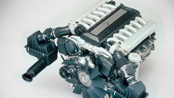 Der V12 im BMW 750i leistete 300 PS und hatte fünf Liter Hubraum.