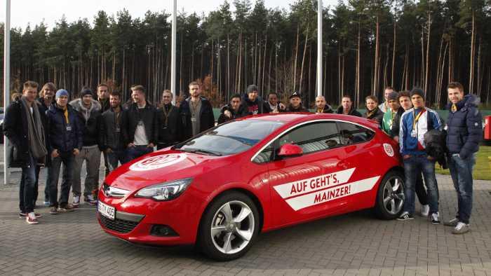 Die Bundesliga-Profis von Mainz 05 auf dem Opel-Testgelände.