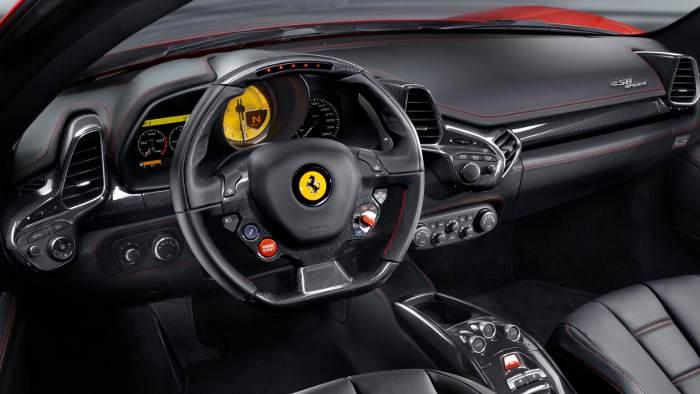 Das Cockpit des Ferrari 458 Spider.