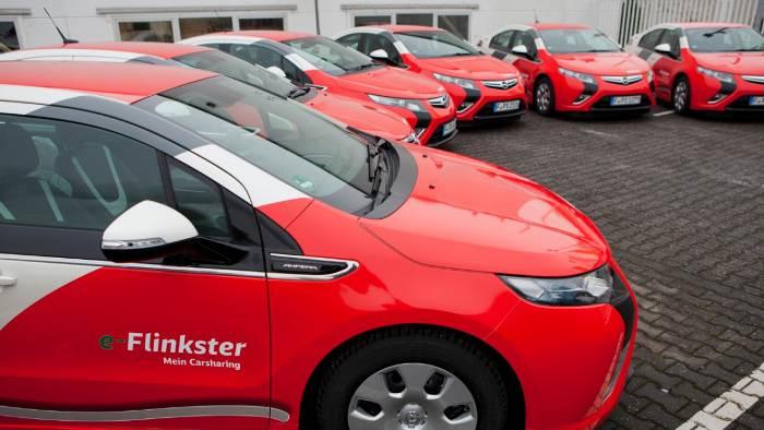 Opel hat zehn Opel Ampera an die Deutsche Bahn übergeben.