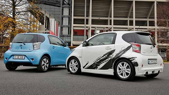 Ein sehr ungleiches Paar: Der Toyota iQ EV und iQ Sport (r.)