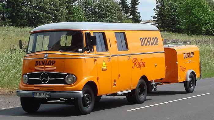 Ein Mercedes-Transporter ist für Dunlop-Reifen unterwegs.