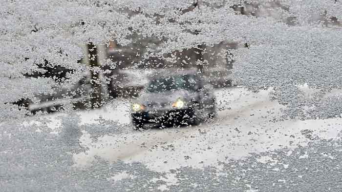 Schnee und Eis behindern den Verkehr.