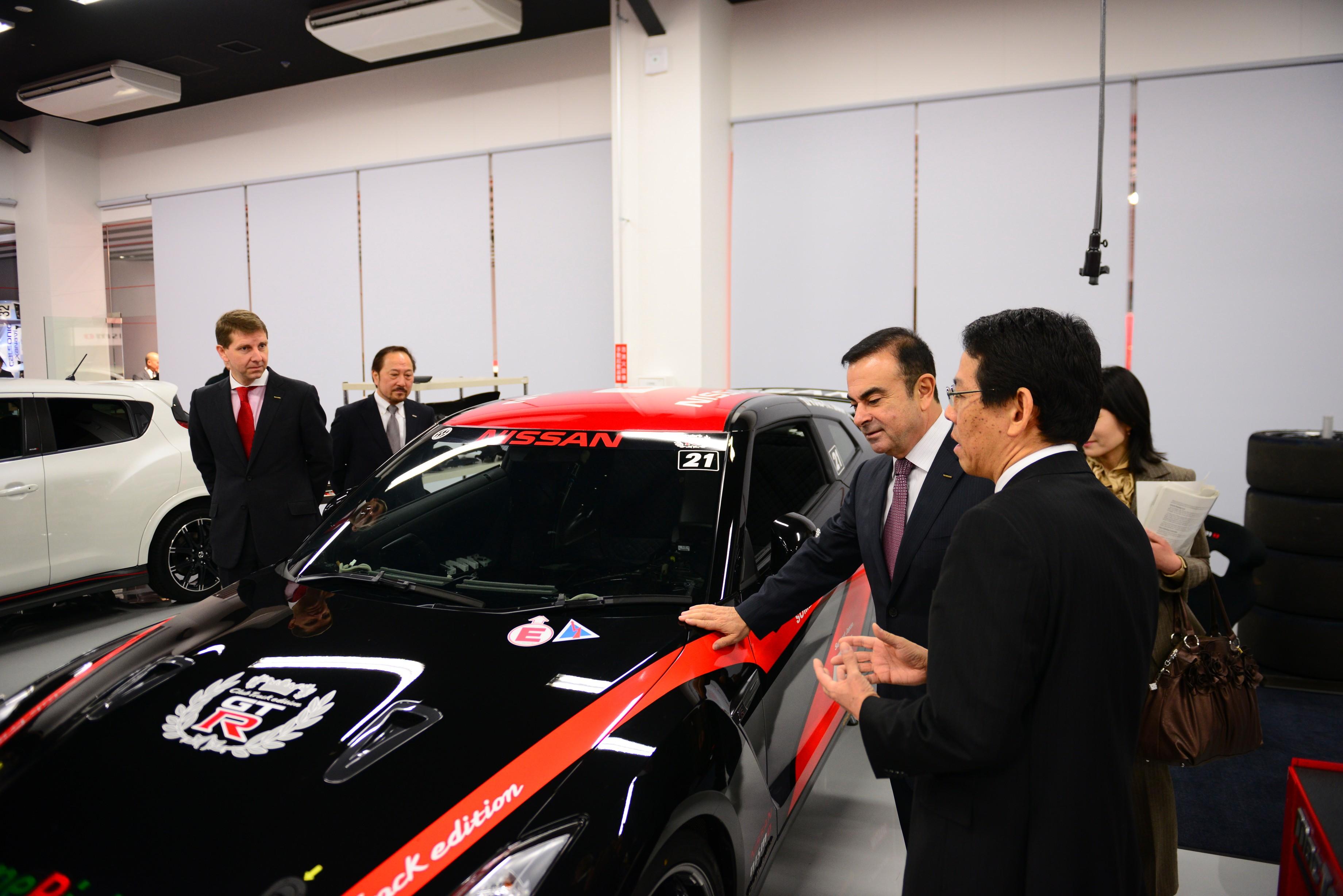 Nissan-Präsident Carlos Ghosn (3.v.r.) bei der Eröffnung der Nismo-Unternehmenszentrale.