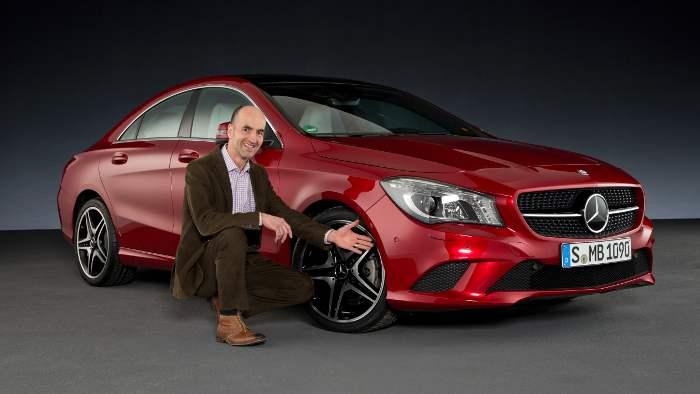 Teddy Woll an der Seite eines Mercedes CLA.