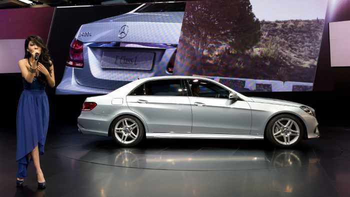 Mercedes präsentiert auf der Auto Shanghai die Langversion der E-Klasse.