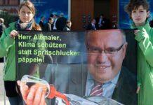 Greenpeace protestiert vor dem Elektrogipfel in Berlin.
