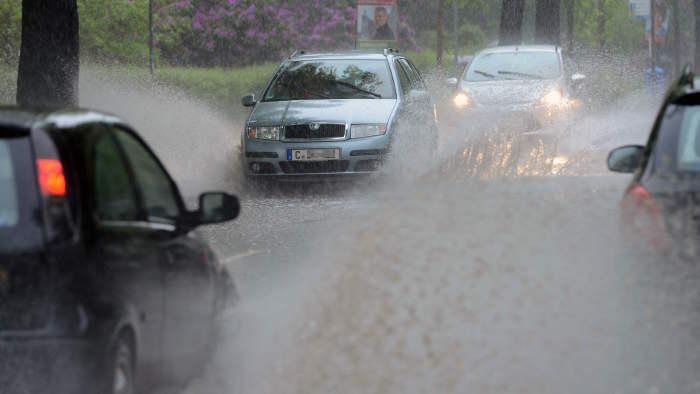 Starkregen sorgt auf den Straßen vielerorts für große Wasserlachen.
