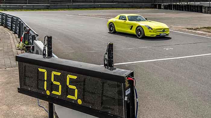 Der Mercedes SLS AMG Coupé Electric Drive kurz vor der Ziellinie.