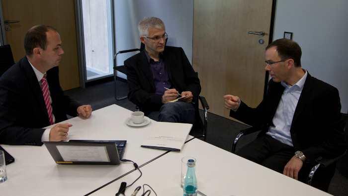 Jochen Hermann, Frank Mertens und Christian Weiß im Gespräch zu Car-to-X-Kommunikation