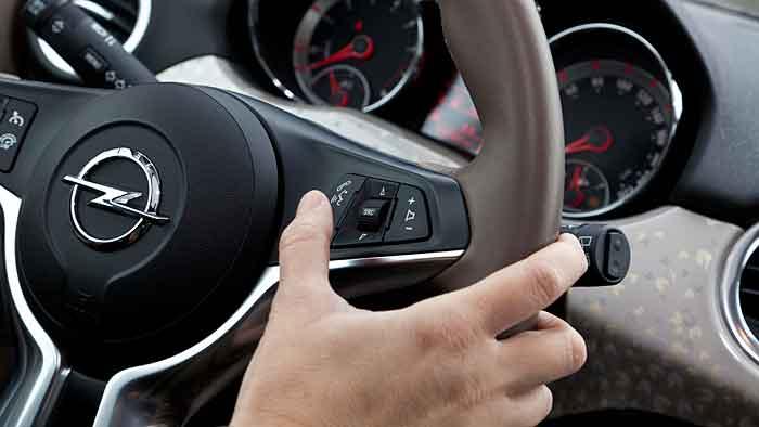 Per Knopfdruck wird Intellilink im Opel Adam aktiviert.