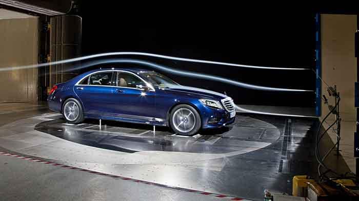Die Mercedes S-Klasse wird im Windkanal getestet.