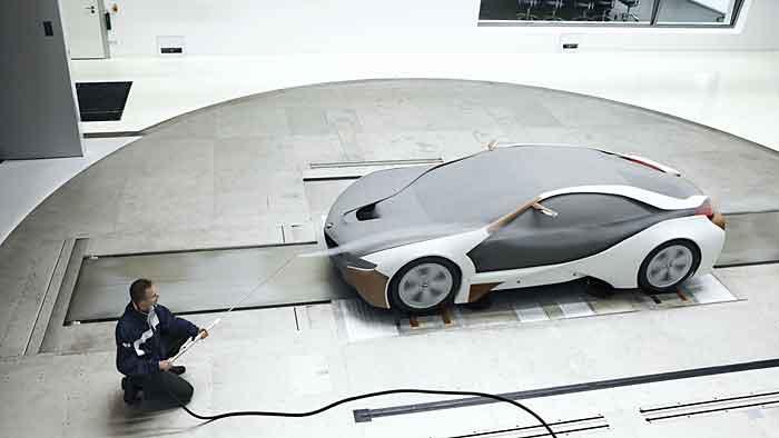 Der Vision EfficientDynamics wird im BMW-Windkanal getestet.