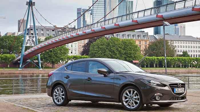 Mazda bringt den Dreier auch als Limousine.