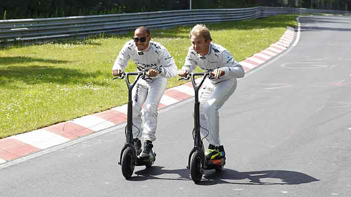 Lewis Hamilton und Nico Rosberg haben mit dem Smart Electric Board richtig Spaß.