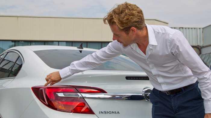Opel-Chefdesigner Ivo van Hulten erklärt den Insignia