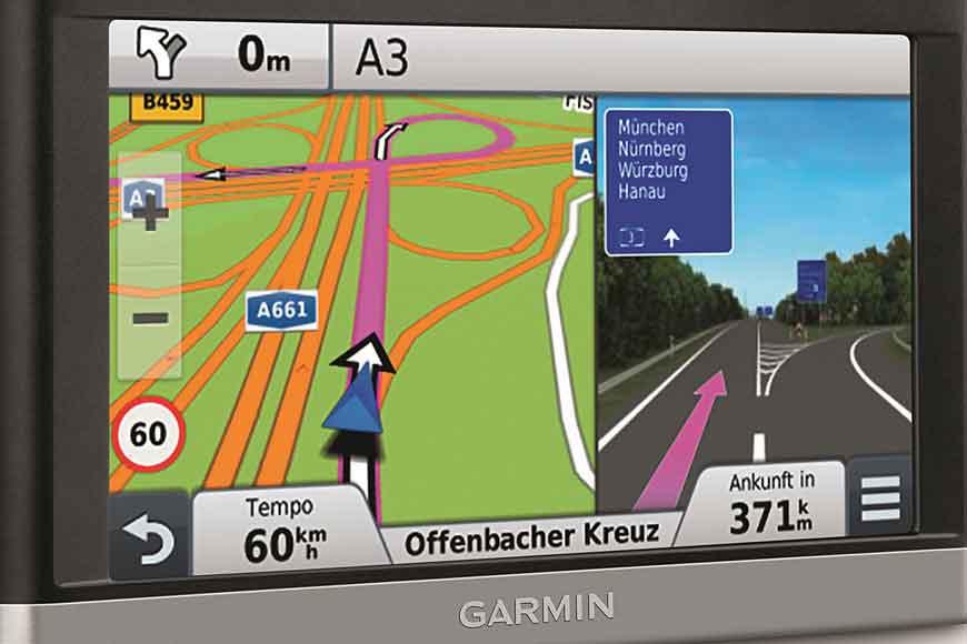 Das Garmin Nüvi 2597 LMT verfügt über ein Splitscreen und eine aktive Fahrspurempfehlung.