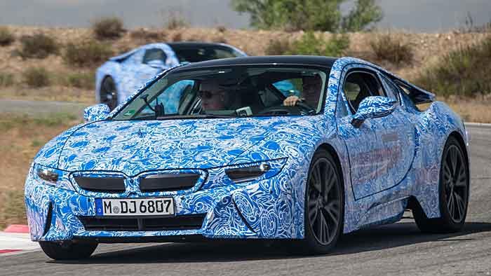 Der BMW i8 begnügt sich mit 2,5 Litern auf 100 Kilometern.