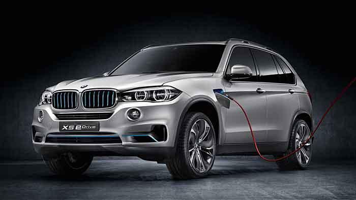 BMW steckt den X5 an die Dose.