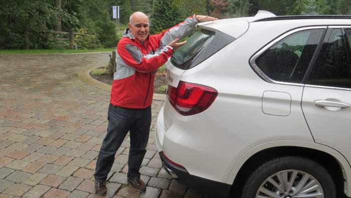 Cornelius Zirn zeigt die Windabrisskante am Heck des BMW X5.