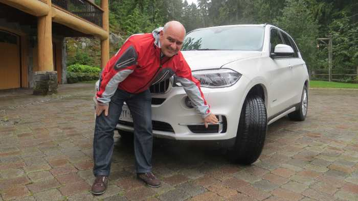 Cornelius Zirn zeigt die Air Curtains am BMW X5.