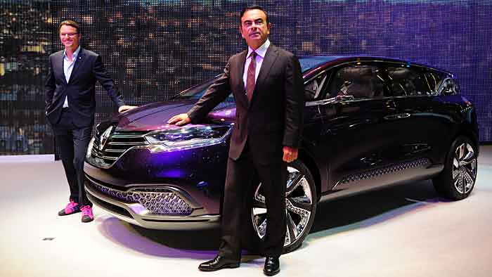 Renault-Chef Carlos Ghosn (vorn) und Chef-Designer Laurens van den Acker mit dem Renault Initiale.