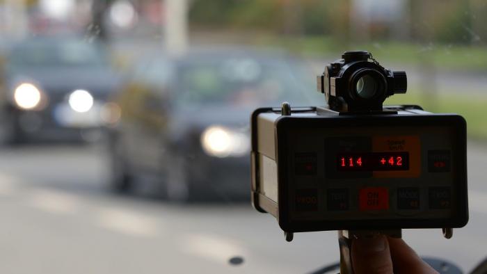 Die Polizei misst mit der Laserpistole die Geschwindigkeit