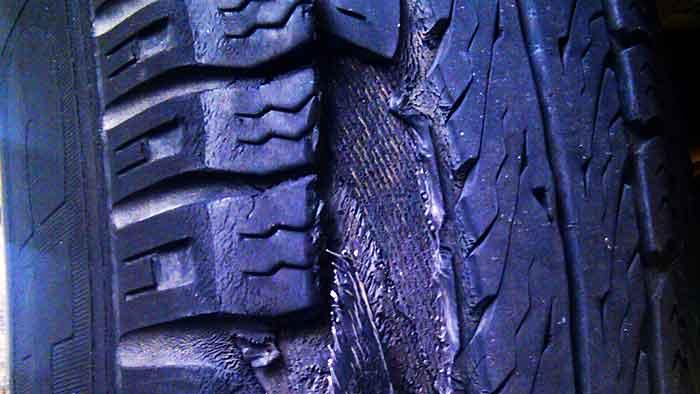 Reifenplatzer: Versicherung muss zahlen