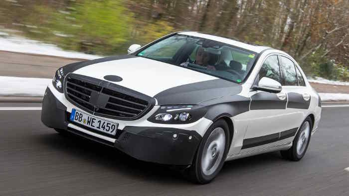 Noch getarnt unterwegs: die neue Mercedes C-Klasse.