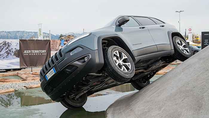 Der Jeep Cherokee kennt kaum Hindernisse im Gelände.