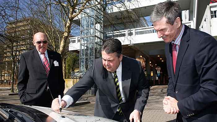 Vize-Kanzler Gabriel signiert Opel Ampera