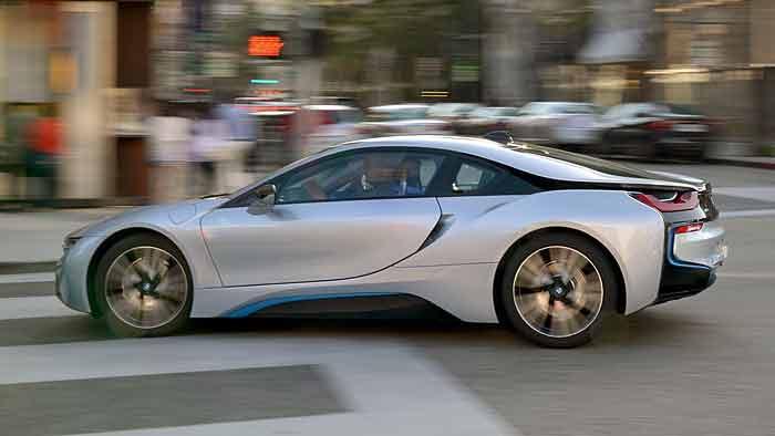 Der BMW i8 greift auf die Leistung von drei Motoren zurück.