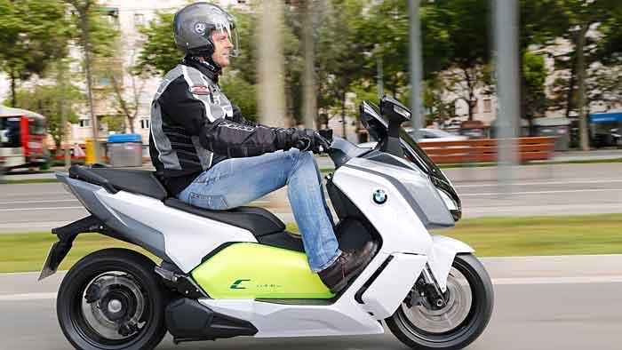 Mit der BMW C Evolution geht es emissionsfrei durch die Stadt.