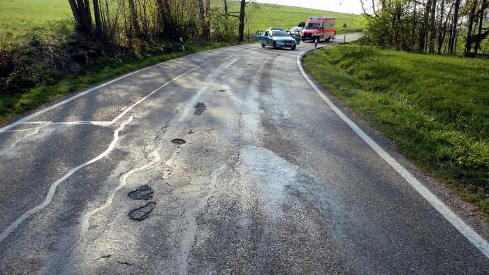 Eine Ölspur kann gefährlich werden und zu einem Unfall führen.
