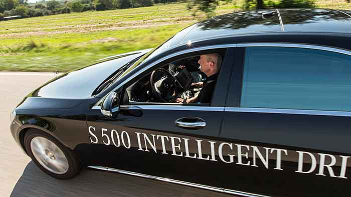 Autonom unterwegs in einer Mercedes S-Klasse