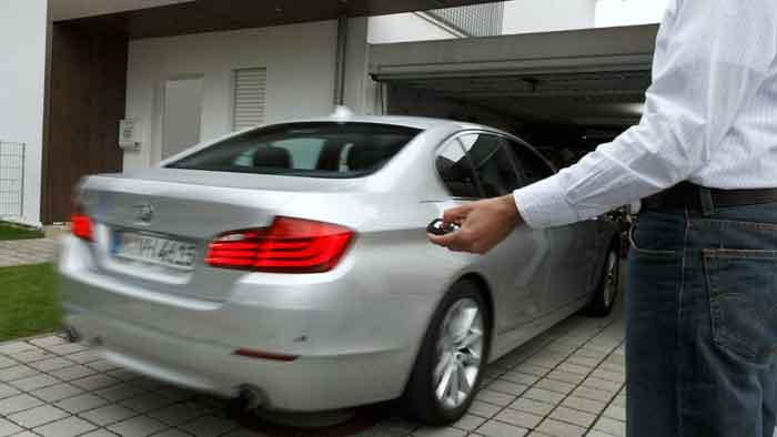 Per Knopfdruck kann der BMW eingeparkt werden