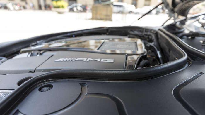 Eine Gummilippe umrahmt der Motor im S-Klasse Coupé