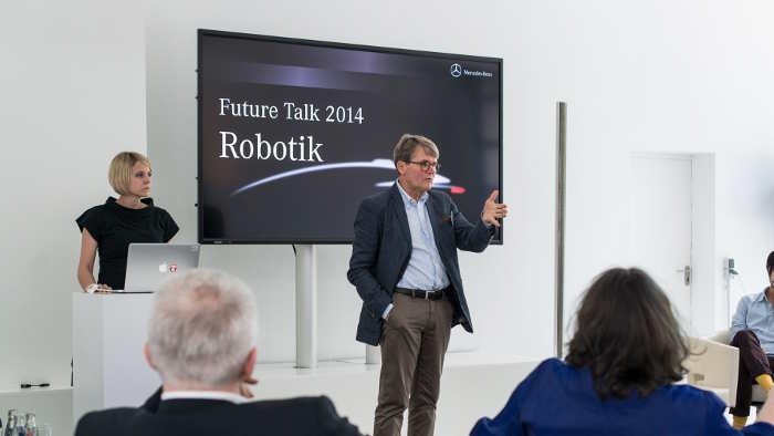 Martina Mara (l.) und Herbert Kohler beim Future Talk Robotik.