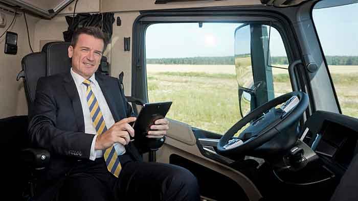 Der Lkw fährt autonom und der Fahrer kann sich um andere Dinge kümmern.