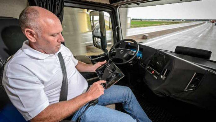 Ein autonomer Lkw von Daimler soll bald in Deutschland fahren.