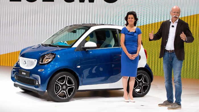 Smart-Chefin Annette Winkler und Dieter Zetsche mit dem neuen Fortwo.