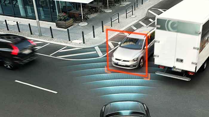 Sicher um die Kurve mit dem Kreuzungsassistenten von Volvo.