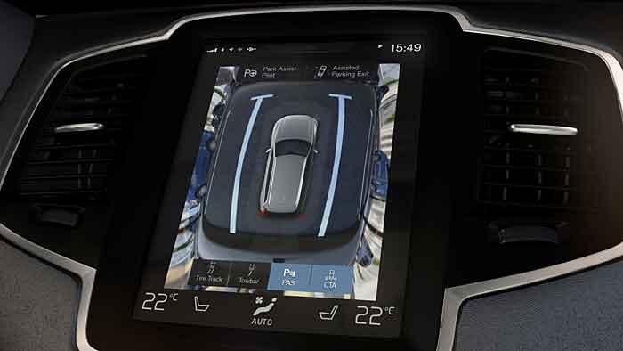 Der Volvo XC90 parkt auch rückwärts automatisch ein.