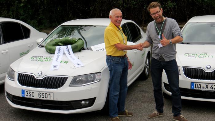 Gerhard Plattner (l.) gratuliert Sieger Paul-Janosch Ersing.