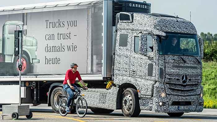 Mit dem Abbiegeassistenten wird die Unfallgefahr für Lkw und Verkehrsteilnehmer minimiert.