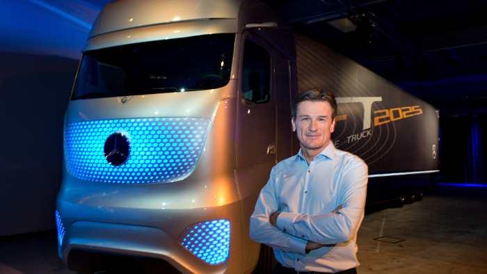 Wolfgang Bernhard neben dem Future Truck 2025.