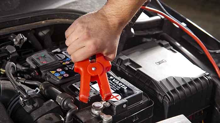 Die Autobatterie muss gepflegt werden
