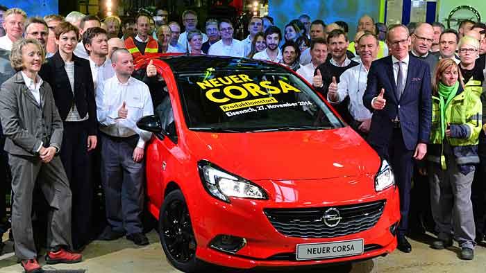 Opel-Chef Karl-Thomas Neumann (r.) beim Serienstart des neuen Corsa.