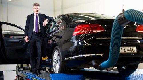 Continental-Chef Elmar Degenhart vor einem Versuchsfahrzeug.