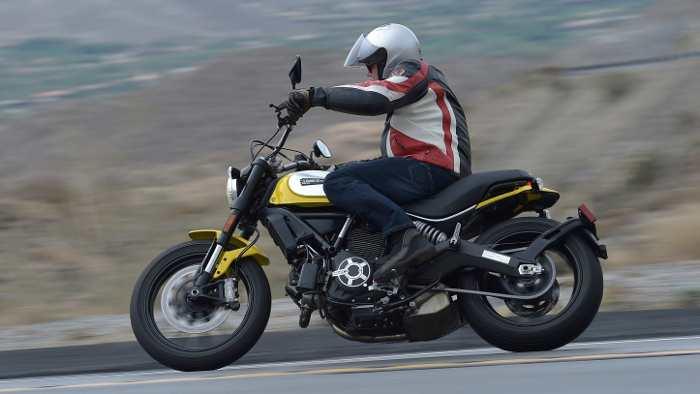 Die Ducati Scrambler kommt puristisch daher.